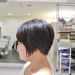 サイドをアシメントリーにしたショートヘア。