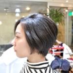 広がるタイプのくせ毛で超多毛でも、コンパクトにおさまるショートボブ。