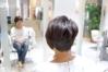 毛流れによってハネてしまう、くせ毛を活かした、アシンメトリなショートボブ。